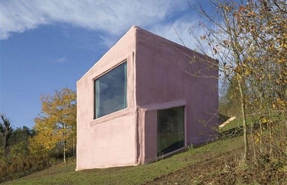 Okna a otvory jsou rozmístěny i s ohledem na venkovní fasádu objektu.