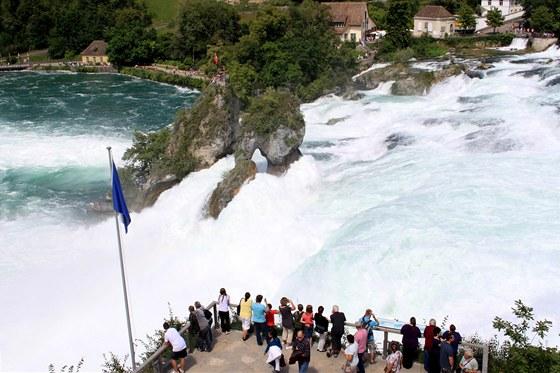 Rýnský vodopád. Jde o nejmohutnější vodopád v Evropě, kterým za sekundu proteče