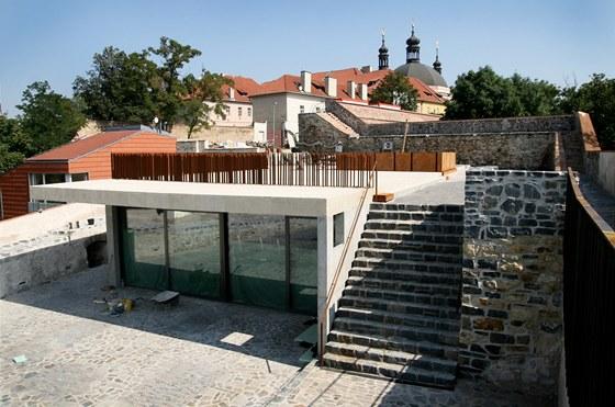 Kavárna nevyčnívá nad linii hradeb, je zapuštěná do země na původní barokní