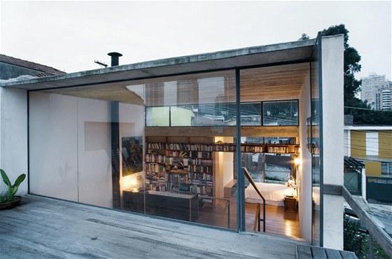 Pohled na pracovnu a knihovnu