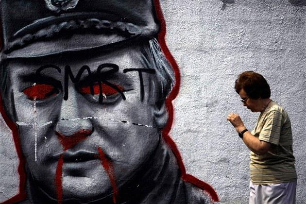 �ena míjí na b�lehradské ulici pokreslenou podobiznu exgenerála Ratka Mladi�e,