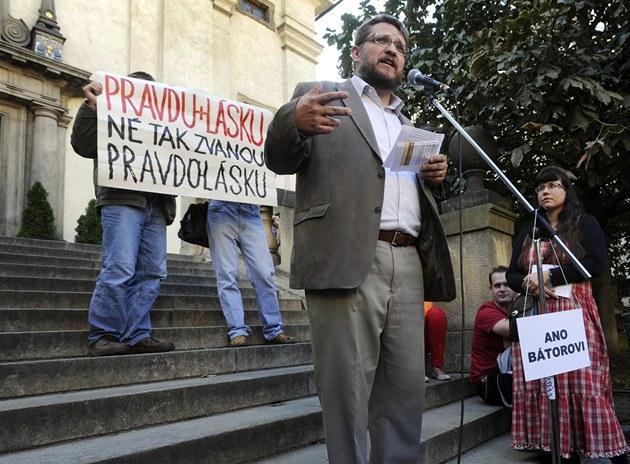 Michal Semín, �éf konzervativního Institutu sv. Josefa vystoupil na shromá�d�ní