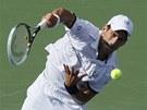 Srbský tenista Novak Djokovič podává ve čtvrtfinále US Open proti krajanu
