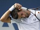 PROTAŽENÍ? Srbský tenista Novak Djokovič reaguje na svůj špatný úder v utkání