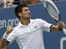 Srbský tenista Novak Djokovič se raduje po získaném fiftýnu v utkání proti