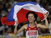 RADOST POD VLAJKOU. Ruska Maria Savinovová se raduje, po skvělém finiši získala zlato v závodě na 800 m.