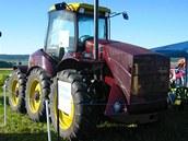 Traktor se šesti koly na výstavě zemědělské techniky