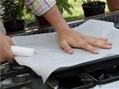 Plech vyložte pečicím papírem.