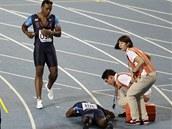 CO SE STALO? Americký sprinter Walter Dix přichází k nešťastnému parťákovi