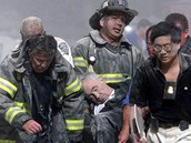 Hasiči zachraňují člověka z budovy Worl Trade Center