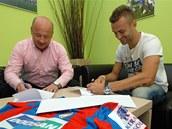 Radim Řezník (vpravo) se upisuje fotbalové Plzni. Vlevo manažer Adolf Šádek.