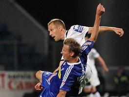 Olomoucký Marek Heinz (v modrém) padá za přispění plzeňského Daniela Koláře.
