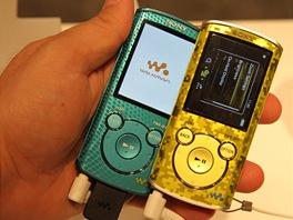 Sony MP3 přehrávač řady E vydrží n ajedno nabití hrát 50 hodin. Alespoň to