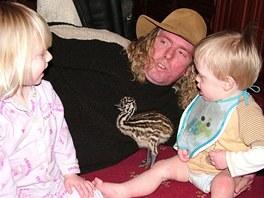 Od svého vylíhnutí vyrůstá pštrosice Beaky spolu s dětmi.