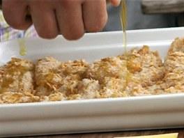 Olejem pokapejte nebo lehce polijte i řízečky vyskládané v zapékací misce.