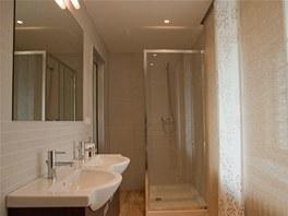 Do koupelny se vešel sprchový kout, dvojumyvadlo i WC.