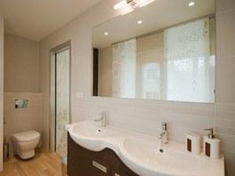 Velké zrcadlo koupelnu zvětšuje.