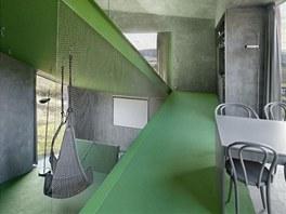 Šikmé podlahové plochy dávají vnitřku spirálový charakter.