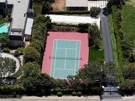 Kromě čtyř ložnic a čtyř koupelen nabízí usedlost u Tichého oceánu i tenisové