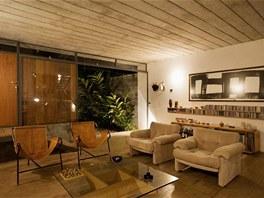 Interiéru vládne přírodní tlumená barevnost.