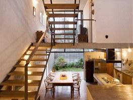 Obývací sezení spojuje s kuchyní další schodiště - kuchyňská část je asi metr