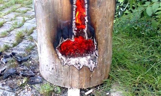 Pod křížovým řezem pilou vyřízněte otvor, kudy budete zapalovat a kudy bude