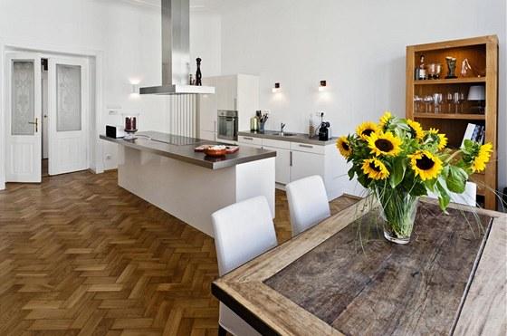 Kuchyně je nejjednodušeji zařízeným koutem celého bytu, což by mohlo navodit