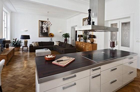Minimalistický vzhled kuchyně je v příjemném kontrastu s klasickým vybavením