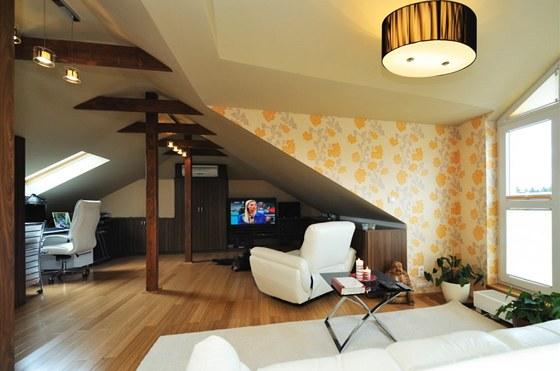 Jinak barevně decentní interiér oživují tapety s florálním dezénem.