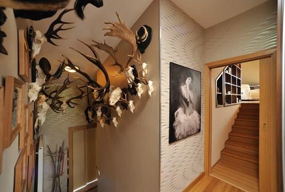 Na schodišti s loveckými trofejemi nechybějí světlovody.