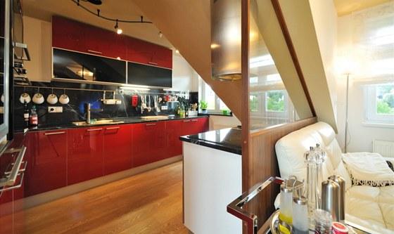 Kuchyni si sestavil majitel z běžné nabídky IKEA sám.