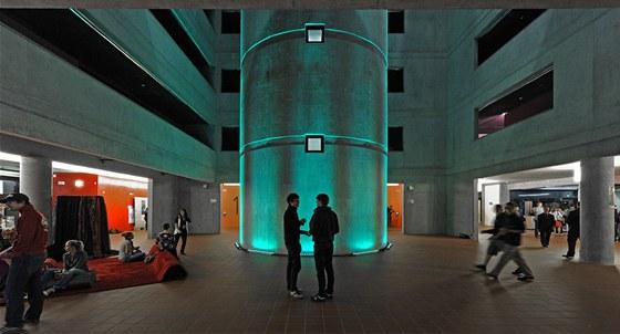 Pohledový beton umoňuje i barevné efekty.