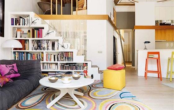 """Po schodech z obývací části lze vystoupat do patra, kde je malá """"zašívána"""" s"""