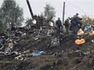 Letečtí vyšetřovatelé ohledávají místo nehody letounu Jak-42D v Jaroslavli. (10. září 2011)