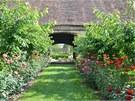 Průchozí stodola odděluje užitkovou a okrasnou zahradu.
