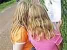 Děti si čtou o kácení stromů v Tyršových sadech