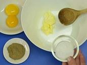 V misce utřete rozměklé máslo s trochou soli a mletým černým pepřem, pak