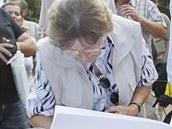 Lidé podepisují petici proti kácení stromů v Tyršových sadech