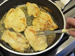 Osolené a opepřené plátky orestujte z obou stran na rozpáleném másle.