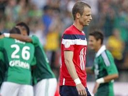 RADOST A SMUTEK. Zatímco hráči St. Etienne slaví, David Rozehnal z Lille po inkasované brance smutně klopí oči.