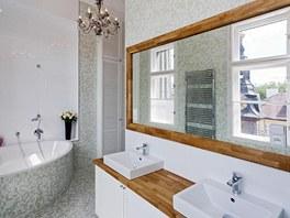 Jedna ze dvou koupelen bytu je orientovaná do vnitrobloku. Úžasný výhled si