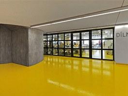 Pohledový beton oživují velké barevné plochy.