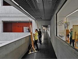 Otevřený prostor a dostatek světla dovoluje pracovat i na chodbách.