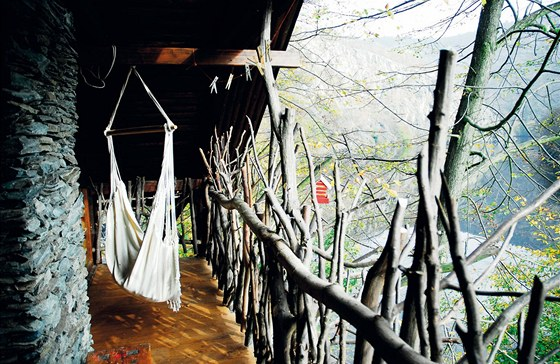 Chata Doupě na Slapech: terasa se zábradlím z větví, jak je navrhl Pavel