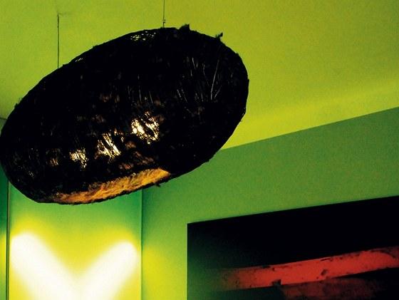 Byt na Vinohradech: ložnice s akrylátovou svítící stěnou a svítidlem Kokon