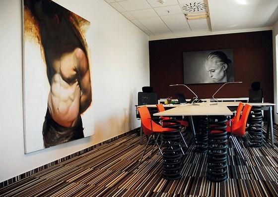 Interiér firmy G5+: základ tvoří koberce s podlouhlými obdélníčky, prostor se