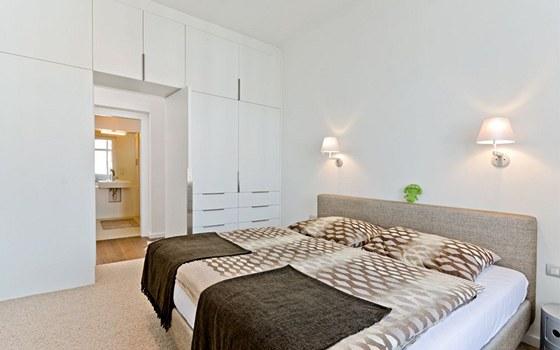 Ložnice je velmi jednoduchá, odděluje ji od chodby nábytková stěn, která