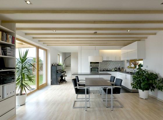 Součástí obytného prostoru jsou kromě obýváku i jídelna a kuchyně.