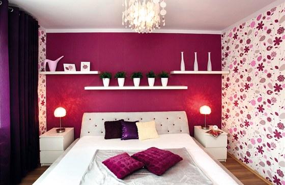 Dalším zásadním krokem k proměně místnosti bylo čalounění postele.