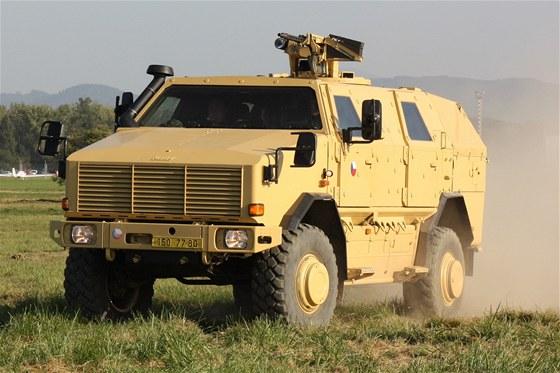 Obrněné vozidlo Dingo 2 veze skupinu českých novinářů na desátých Dnech NATO na